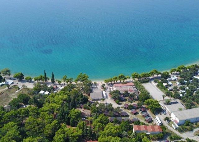 Resort Camp Dalmatia Zaostrog Bungalows 2+2 ZÁRUKA NEJNIŽŠÍ CENY